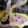 Annamaria alle prese con le ali della Winx Flora